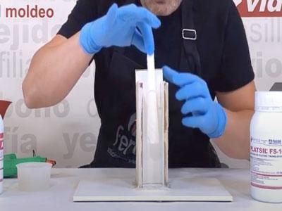 Colocación cuerno de resina en el contramolde para silicona